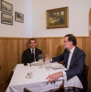 Sarkozy y Rajoy, dudando sobre la conveniencia de pedir un vino.